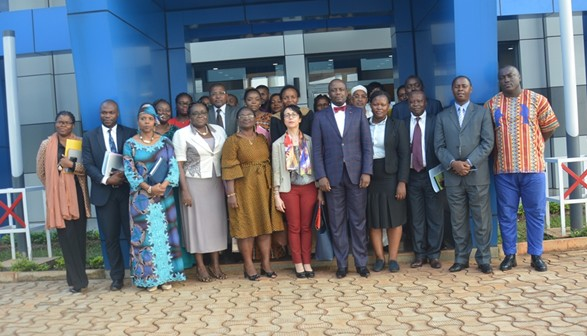The Deputy Representative of UN Women, Ms Hind JALA and the General Manager of FEICOM, M. Philipe Camille AKOA (at the centre), stand with participants for the family picture. Photo credit : FEICOM