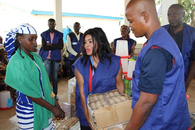 Beneficiaries receiving economic kits in the Ngam refugee camp.