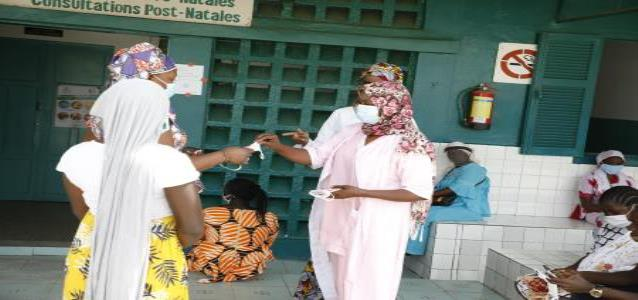 Maternity nurses at the Philippe Maguilen Senghor hospital center distribute fabric masks provided by UN Women. Photo credit: Khadidiatou Ndiaye / UN Women WCARO