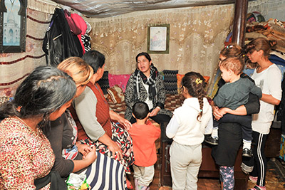 Manjola Veizi, Head of the National Network of Roma and Egyptian Women visiting the Roma settlements in the north of Albania. Photo: UN Women Albania