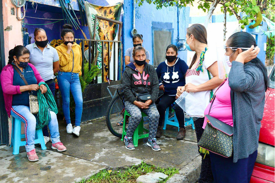 Gabriela Juárez Piña addressing residents of a Jalisco neighborhood during the information campaign. Photo: Coordination of Extension and Social Action UDEG