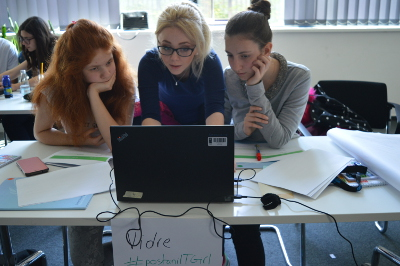 Rialda Spahić, one of the trainers, explains to girls how to use programming languages to create their own websites. Photo: IT Girls