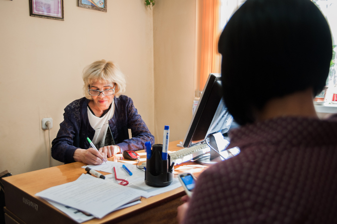 Natalia Minayeva consults with a woman living with HIV. Photo: UN Women MCO Kazakhstan
