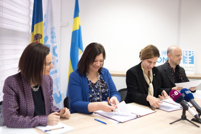Alia El-Yassir (left), Acting Regional Director, UN Women Europe and Central Asia and H.E. Signe Burgstaller, Ambassador of Sweden in the Republic of Moldova at the agreement signing ceremony. Photo: UN Women/Ramin Mazur