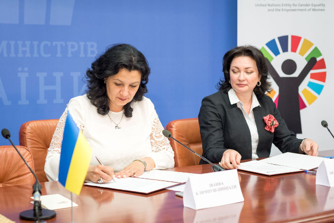 The Deputy Prime Minister of Ukraine for European and Euro-Atlantic Integration, Ms. Ivanna Klympush-Tsintsadze (on the left) and UN Women Country Programme Manager/Head of Office in Ukraine, Anastasia Divinskaya (on the right) sign the Host Country Agreement. Photo: Cabinet of Ministers of Ukraine.