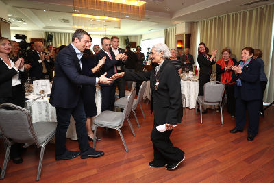 Ali Koç, President of Fenerbahçe Sports Club congrats Ayten Salih who pioneered the establishment of Fenerbahçe's women's volleyball and basketball teams in 1954 for her for paving the way for women and girls in sports. Photo: Fenerbahçe Sports Club