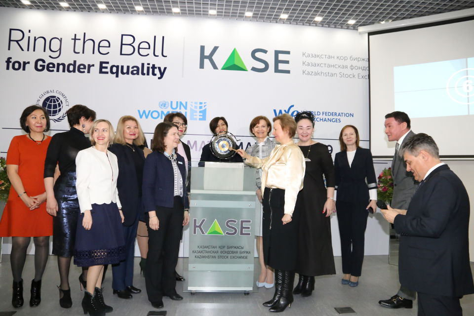 Yelena Bakhmutova, Chair of the Association of Financiers of Kazakhstan opens the trading at Kazakhstan Stock Exchange. Photo: KASE (Kazakhstan Stock exchange) press service.