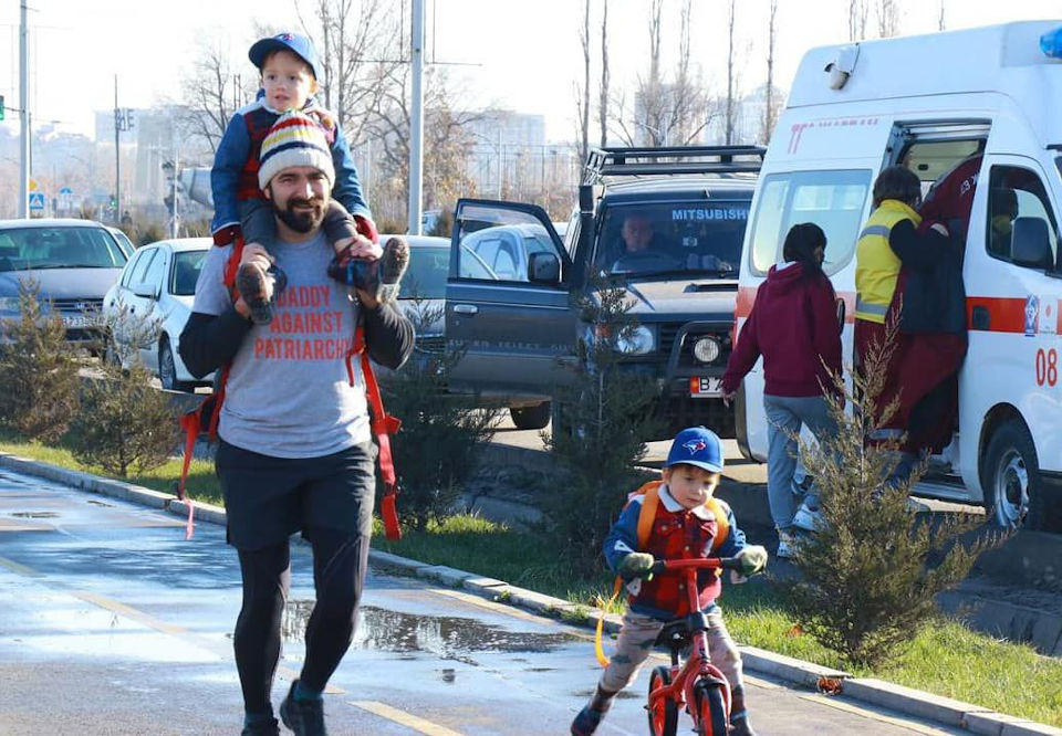 """""""Daddy against patriarchy"""", participant runs with his two sons. Photo: OSCE Programme office in Bishkek"""