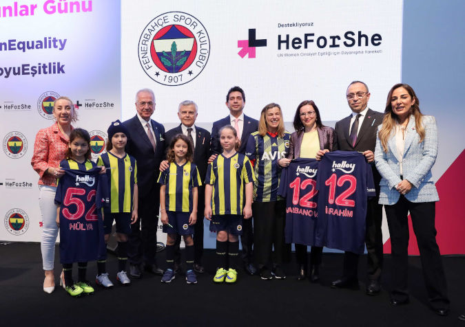 Children from Fenerbahçe Sports Club gave gender equality jerseys to the speakers of the event.  Photo: Fenerbahçe Sports Club
