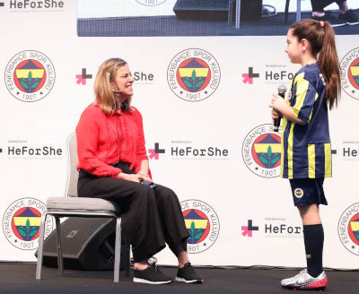 Student from Fenerbahçe Sports Club is asking her questions to Janine Shepherd. Photo: Fenerbahçe Sports Club.