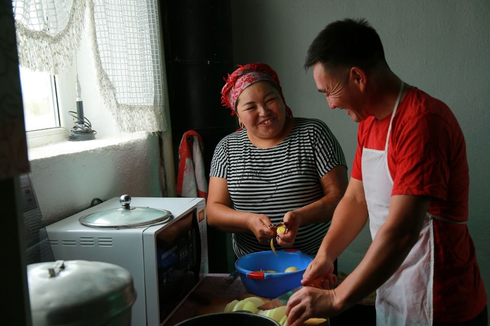 Maksat Kurmanaliev and Eliza Koilubaeva are doing the household chores together. Photo: UN Women Kyrgyzstan/Chingiz Namazaliev