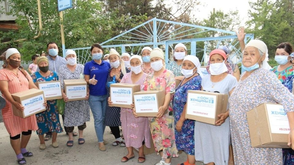 UN Women in Kazakhstan organized the delivery of 1,500 kits of essential items in the form of hygiene kits, masks, gloves and disinfectants to women and girls affected by the flood in Maktaaral district of Turkestan region. Photo courtesy of the Chamber of Entrepreneurs of the Maktaaral district