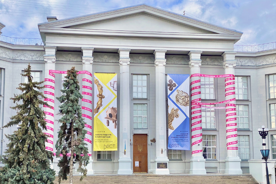 A giant magenta ribbon with 150 names of prominent Ukrainian female artists – from the past to the present – was installed on the columns of the National Museum of the History of Ukraine in Kyiv. Photo: UN Women Ukraine