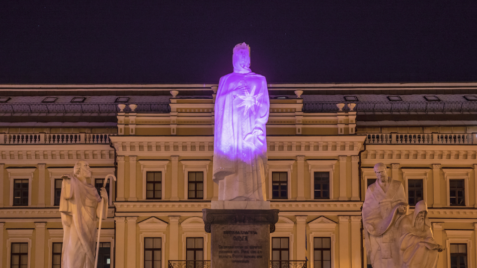 A 3D mapping on the monument to Princess Olga in Kyiv, which marked the beginning of HeForShe Arts Week 2021. The key image of the installation is the stars, which symbolize the inner flame of all artistic leaders. Photo: UN Women Ukraine