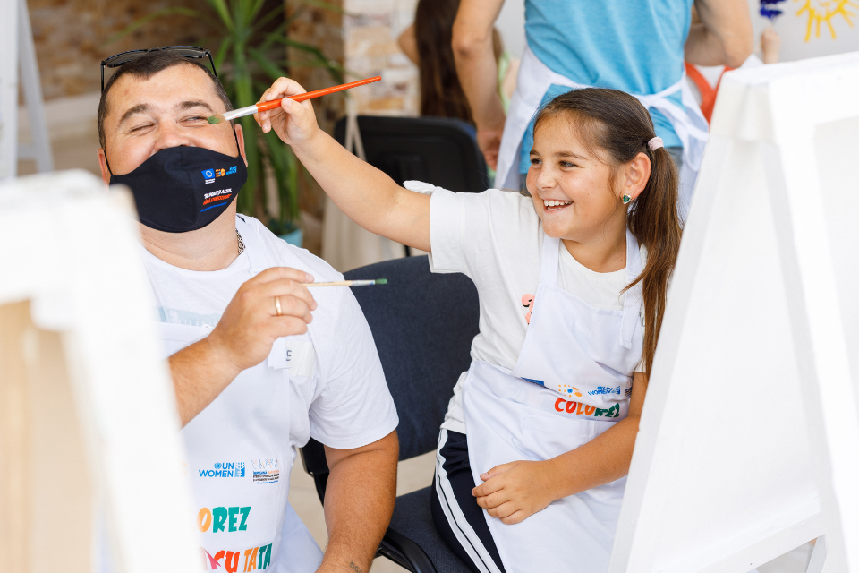 In Moldova, EU4GE supported a painting workshop for fathers and their children. Photo: UNFPA Moldova/ Ion Buga