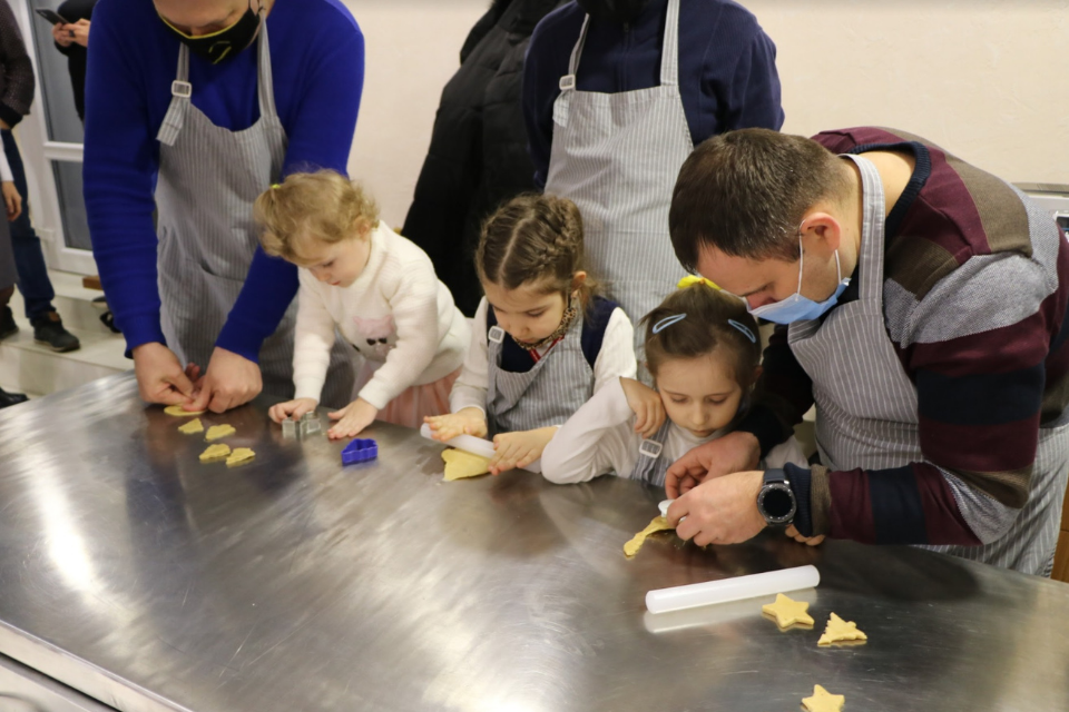 To overturn gender stereotypes in Ukraine, EU 4 Gender Equality supports father's club activities that men can do with their kids, like cookie-baking. Photo: UNFPA Ukraine
