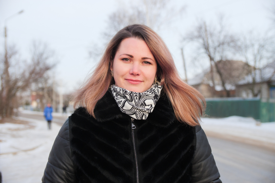 Vitalina Romanenko, a domestic violence survivor and self-help group leader, shares her personal experience to empower and support other women, Pryvillia village, 2021. Photo: UN Women