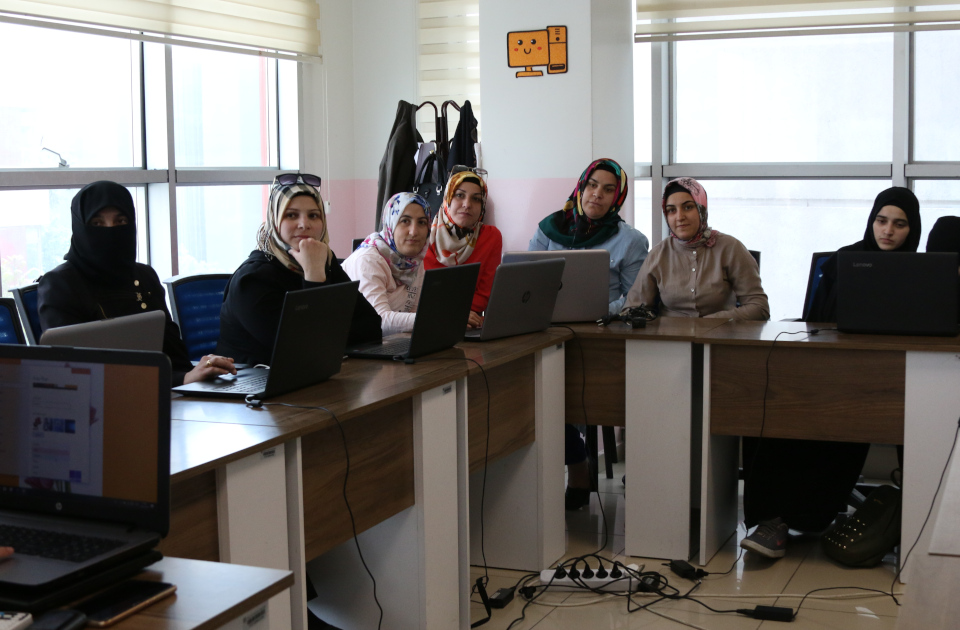 Beneficiaries participating in a computer course. Photo: UN Women/Megumi Iizuka