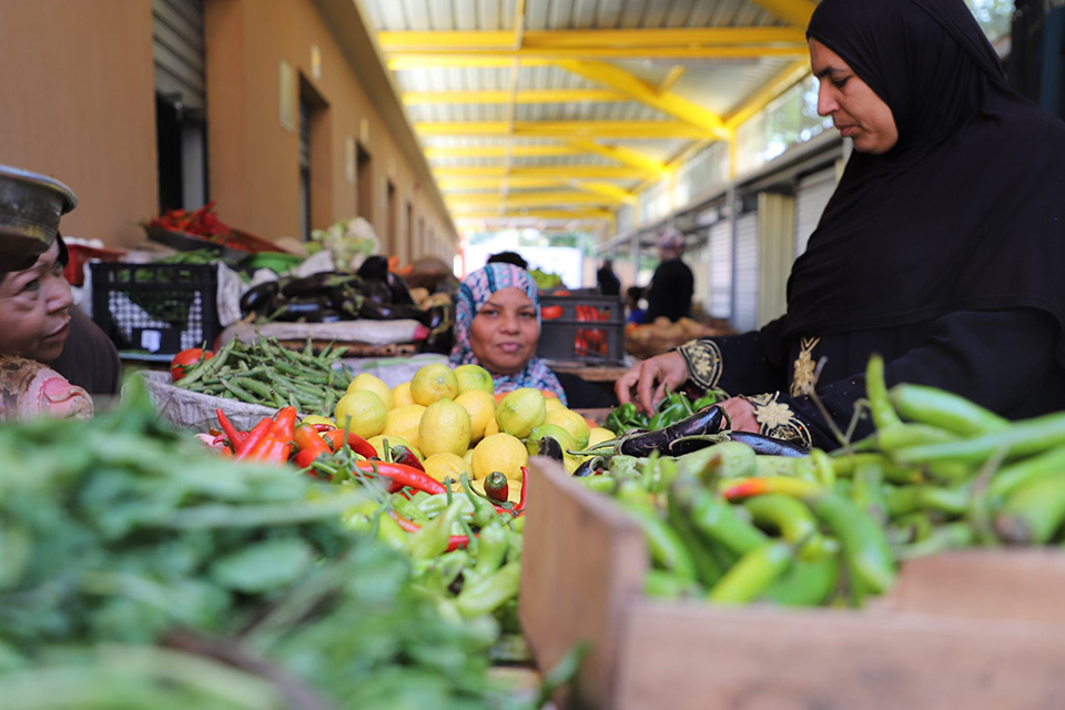 The recently upgraded Zenien Market offers vendors and shoppers a uniquely hygienic and safe space to buy and sell fresh produce and other goods. Photo: UN Women/Ahmed El-Nakabassi