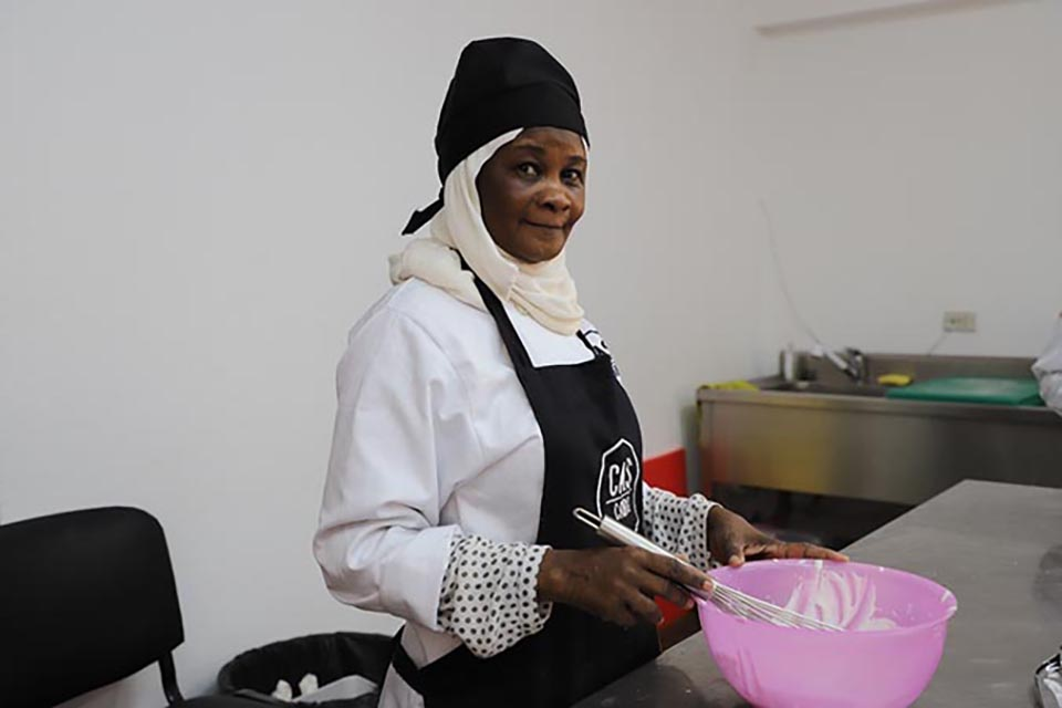 Ikhlas, a Sudanese refugee, takes part in a cooking class. Photo: UN Women/Nada Ismail