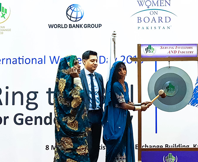 Rural women from Tharparkar in Sindh Province ring the bell at the Pakistan Stock Exchange. Photo: UN Women/Faria Salman