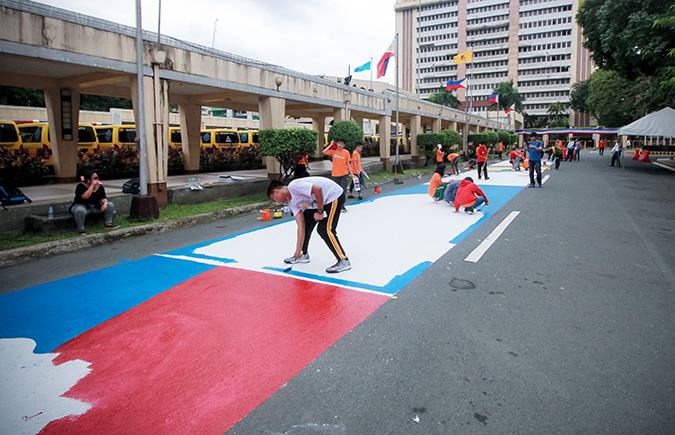 At the 17 June event, Student artists from Quezon City high schools show their painting skills on the roads leading to the main building of Quezon City Hall. Photo: UN Women/ Dominic Mananghaya