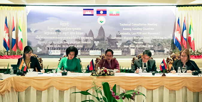 At the Siem Reap meeting, from left, representatives of Myanmar, Cambodia, Lao PDR and UN Women discuss ways to protect migrant workers. Photo: UN Women/Phon Vutha
