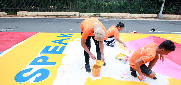 In a road painting message, students taking part in the 17 June event encourage the people of Quezon City to speak out against sexual violence. Photo: UN Women/Dominic Mananghaya