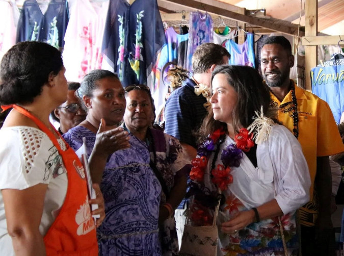 Minister Jody Wilson-Raybould meets vendors at Port Vila Market