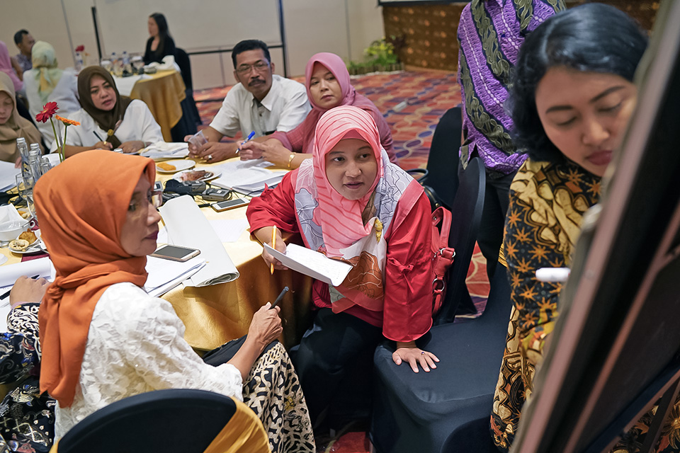 Elisabet Anita Wahyuningsih, Member of Jetis Village Women's business group and Peace Agent Facilitator, takes notes with her group from Klaten, Indonesia. Elisabet shared her experience with the UN Women Programme at the Regional Conference in Tokyo earlier this year. Read more here: http://asiapacific.unwomen.org/en/news-and-events/stories/2018/03/power-of-comedy. Photo: UN Women/Eric Gourlan