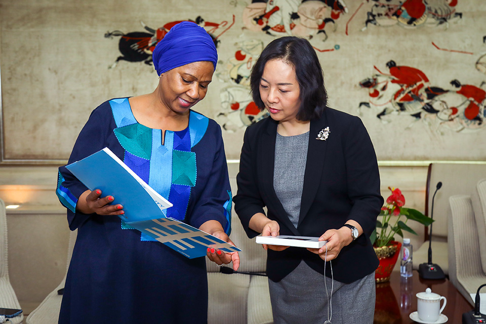 UN Women Executive Director Phumzile Mlambo-Ngcuka and Yang Ning, Vice Administrator at the General Administration of Sports. Photo: UN Women/Tian Liming