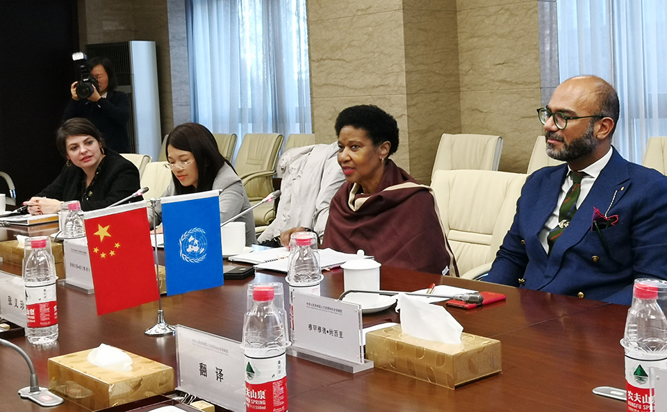 UN Women Executive Director Phumzile Mlambo-Ngcuka in conversation with representatives of the Chinese Ministry of Human Resources. Photo: UN Women/Tian Liming