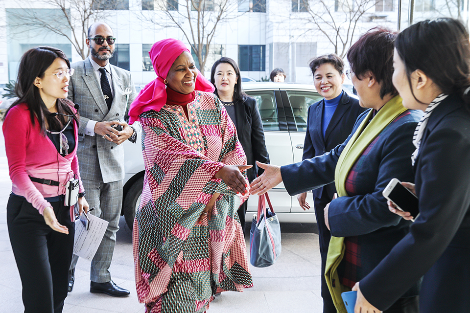 UN Women Executive Director Phumzile Mlambo-Ngcuka greeted by representatives of the China Women's museum. Photo: UN Women/Tian Liming