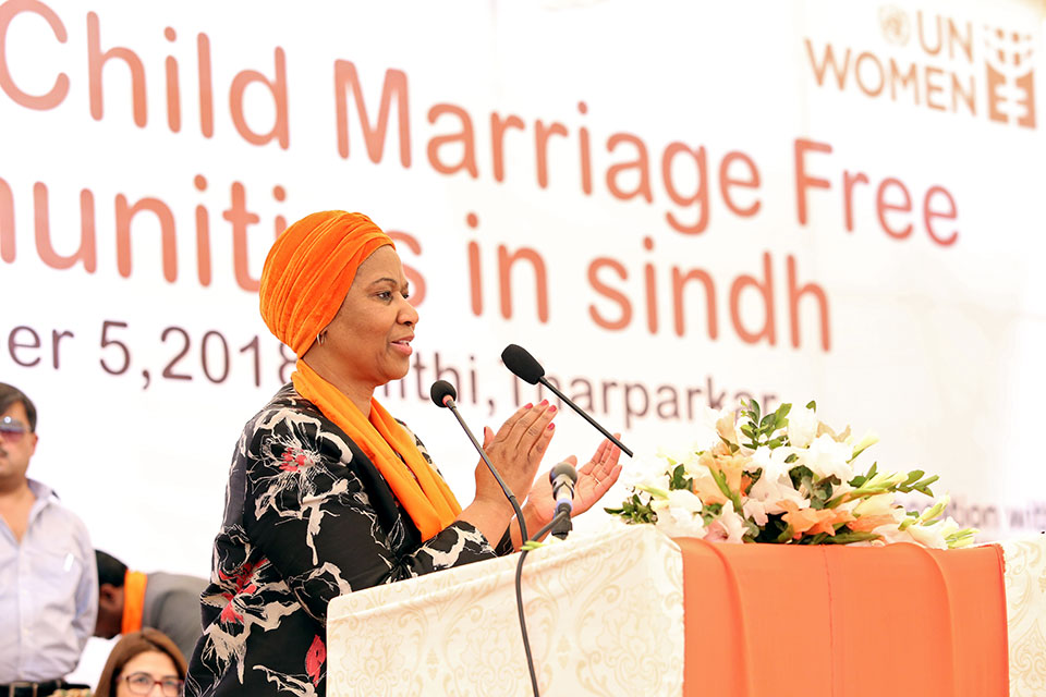 UN Women Executive Director Phumzile Mlambo-Ngcuka calls upon the community to end child marriage in Mithi, Pakistan. Photo: UN Women/Asif Ali