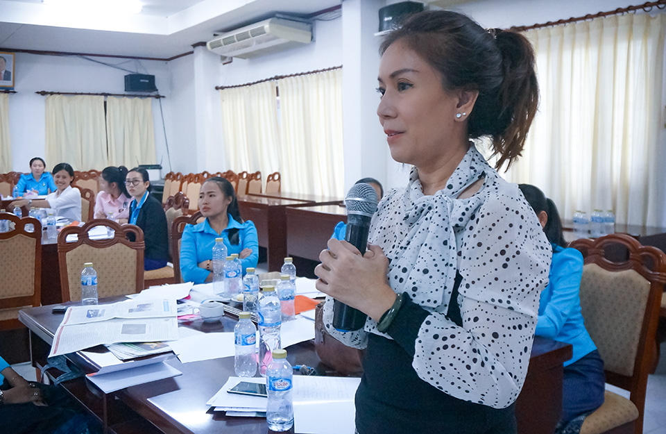 Phaymany Thammavongsa, a journalist from Lao National Radio, talks about the new ideas discussed in the journalism workshop on 14 November. Photo: UN Women/Yerang Kim