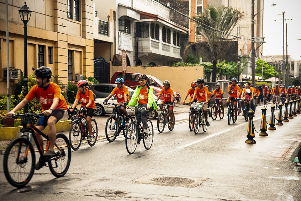 Cyclists go around Intramuros in Manila as they rally on 24 November to support women's rights. Photo: UN Women/Norman Gorecho