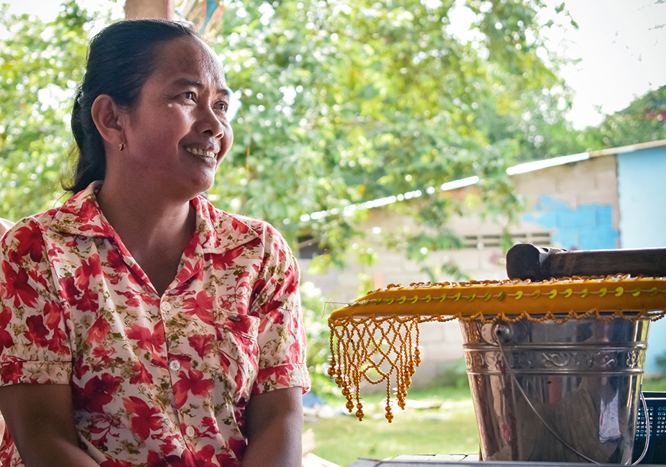 Sok Sopheap used to spend the bulk of her time on household chores and care, but thanks to a sustainable solution, she now has time to make handicrafts and mobilize fellow women. Photo: UN Environment and UN Women/Prashanthi Subramaniam