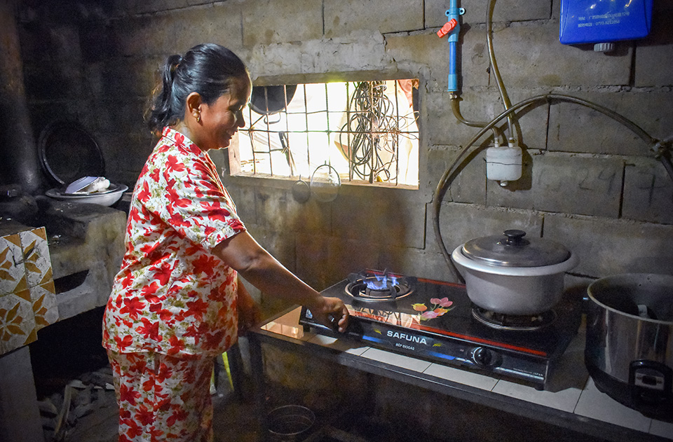 Sopheap has since also invested in an electric rice cooker modified to use with biogas, saving her even more time. Photo: UN Environment and UN Women/Prashanthi Subramaniam
