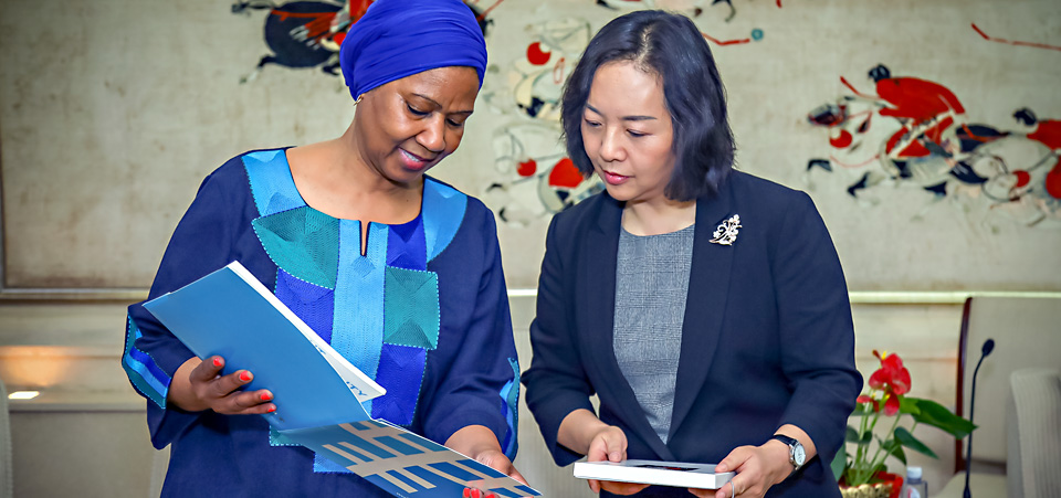 ED introduces UN Women's HeforShe project to Admintrator Yang from General Administration of Sport UN Women. Photo: UN Women/Tian Liming