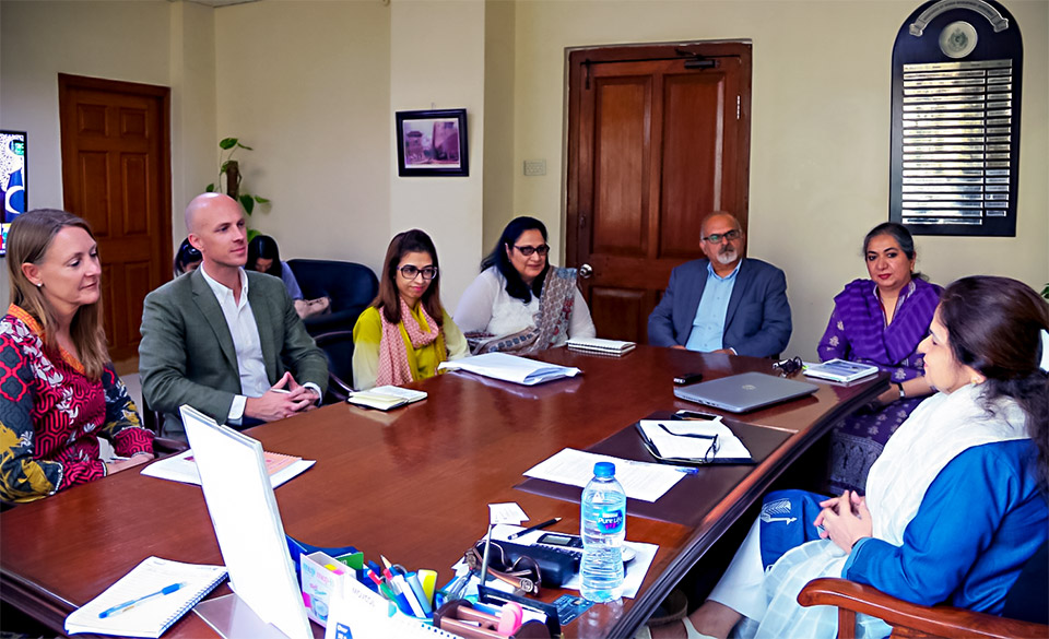 Delegates meet with the Provincial Secretary of the Women Development Department of Sindh, Aliya Shahid, in Karachi. Photo: UN Women/Habib Asgher