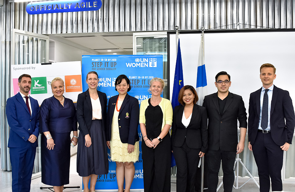 Ambassador Satu Suikkari-Kleven (second from left), Anna-Karin Jatfors (third from left), Natcha Thawesaengskulthai (fourth from left), and Jenni Lundmark of the EU delegation (fifth from left) pose with other EU and Chulalongkorn University representatives at the training. Photo: Delegation of the European Union to Thailand/Wassachoi Sirichanthanun