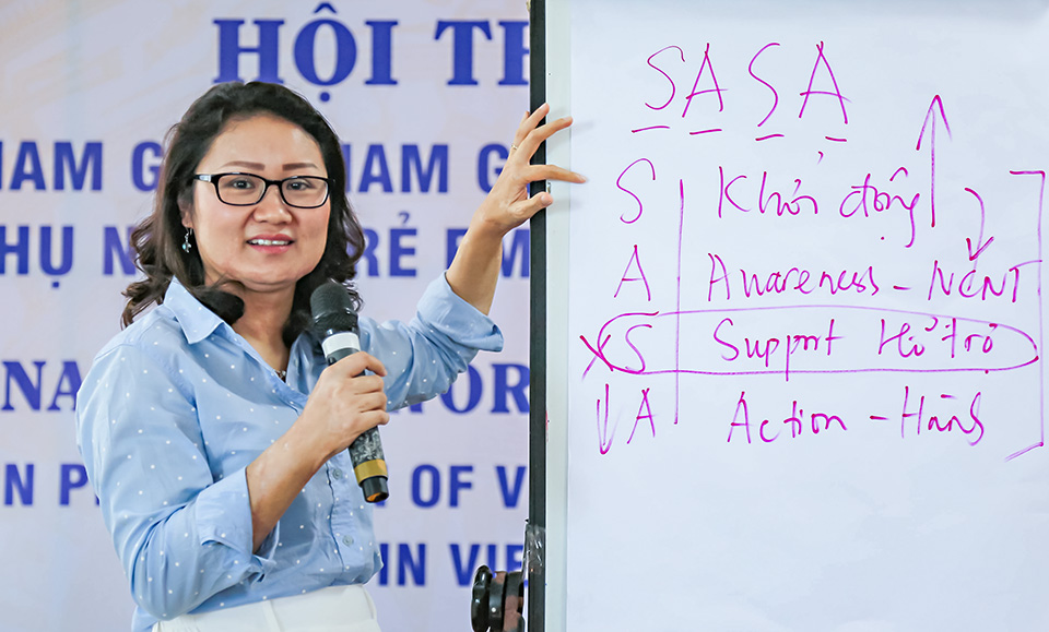 Le Thi Lan Phuong of UN Women speaks at a training workshop in Danang in 2018. Photo: UN Women/Thao Hoang