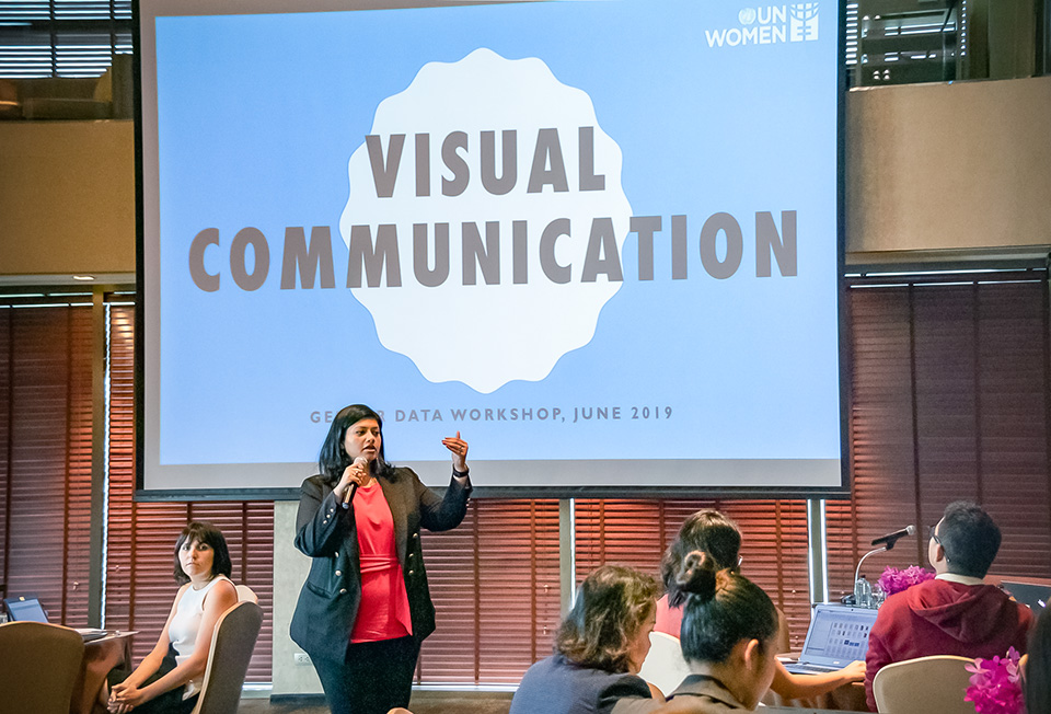 Mika Mansukani, one the trainers, leads the session on visual communication. Photo: UN Women/Hansol Park