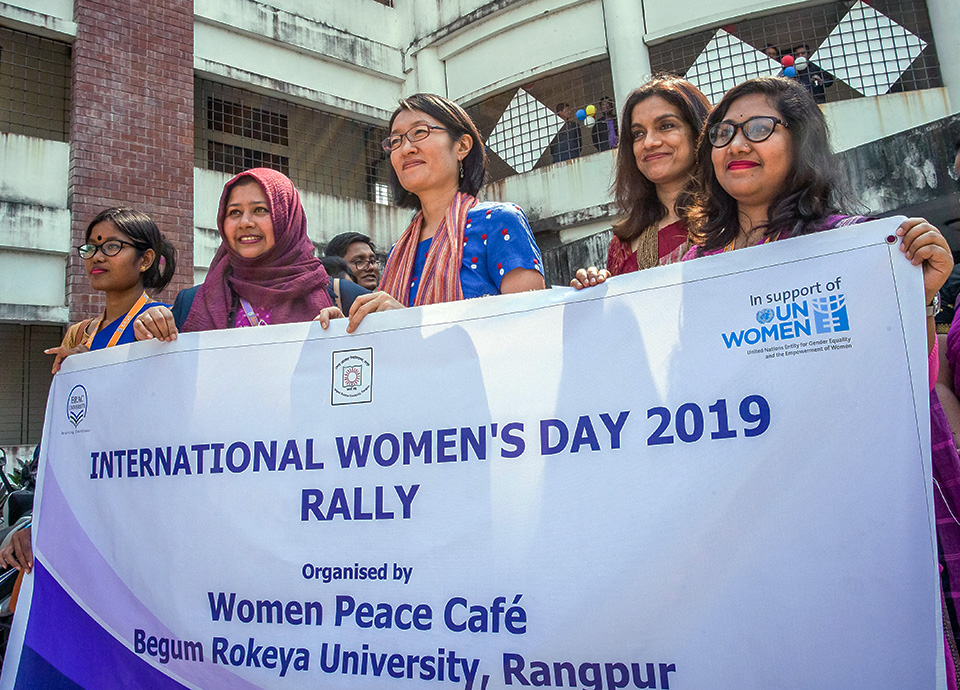Shoko Ishikawa, UN Women Representative in Bangladesh, and female students from Begum Rokeya University celebrate International Women's Day at the Women Peace Café launch in Rangpur on 10 March 2019. Photo: UN Women/Fahad Kaizer