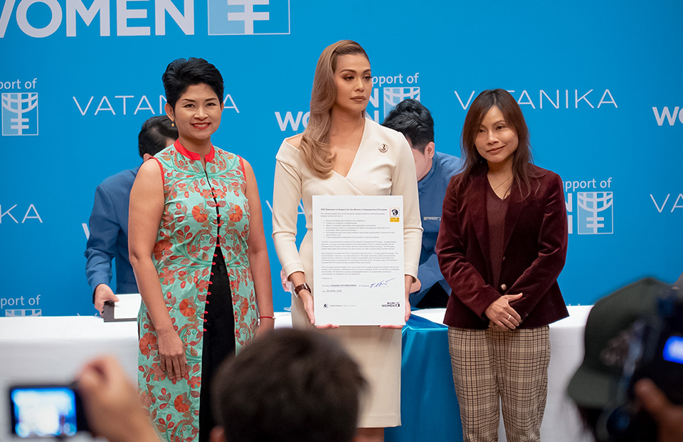 Vatanika shows her commitment to media at the press conference. Photo: UN Women/Pairach Homtong