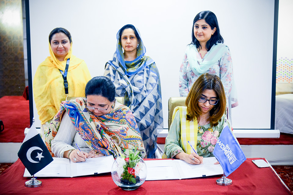 Deputy Country Representative UN Women Pakistan and Ombudsperson Khyber Pakhtunkhwa Rukhshanda Naz sign the MoU. Photo UN Women/Habib Asgher