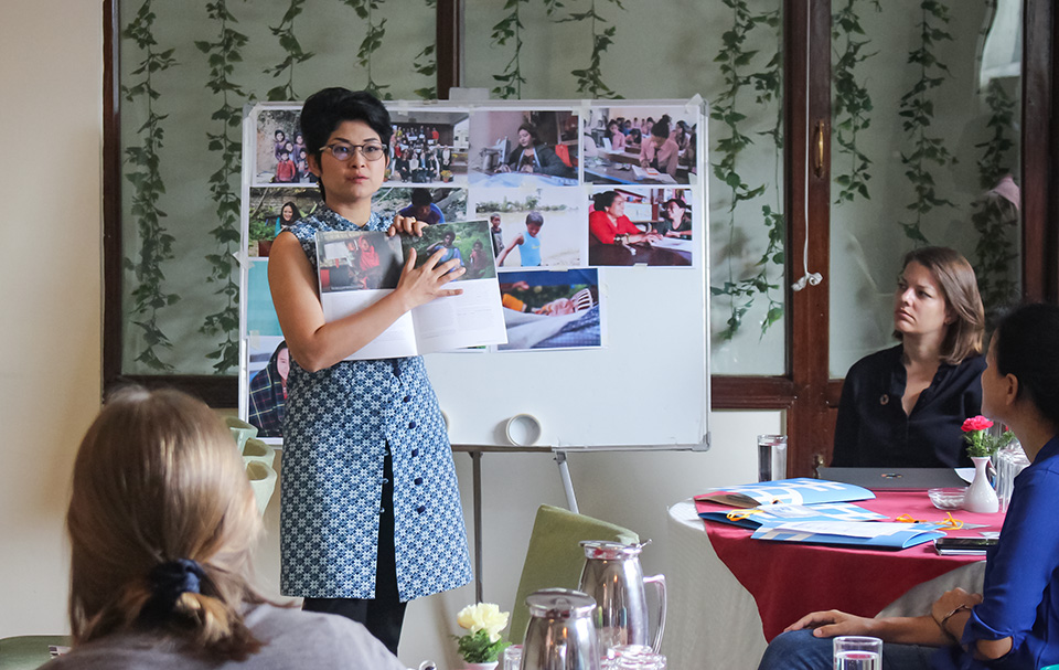 Regional Communications Specialist Montira Narkvichien conducts a session on taking photographs for gender-responsive communications. Photo: UN Women Nepal