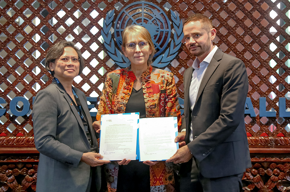 Richard Howard, Director of ILO (right) and Wenny Kusuma, Representative, UN Women Nepal (left) sign a MoU to collaborate on promoting women's empowerment in the workplace in Nepal, in presence of Valerie Julliand, UN Resident Coordinator in Nepal. Photo: UNIC/Ram Babu Shah