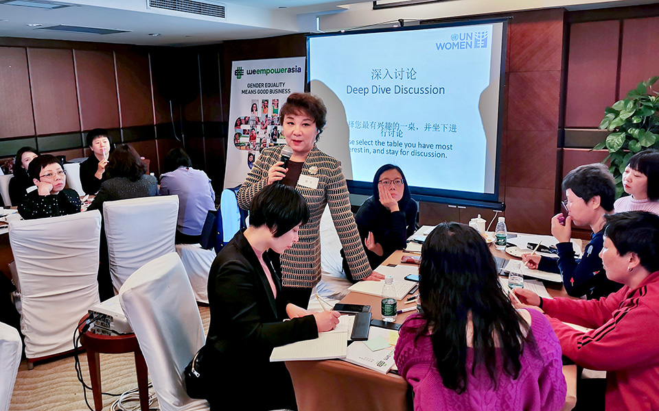 Participants discuss the challenges facing female entrepreneurs in China. Photo: UN Women/Li Sheng