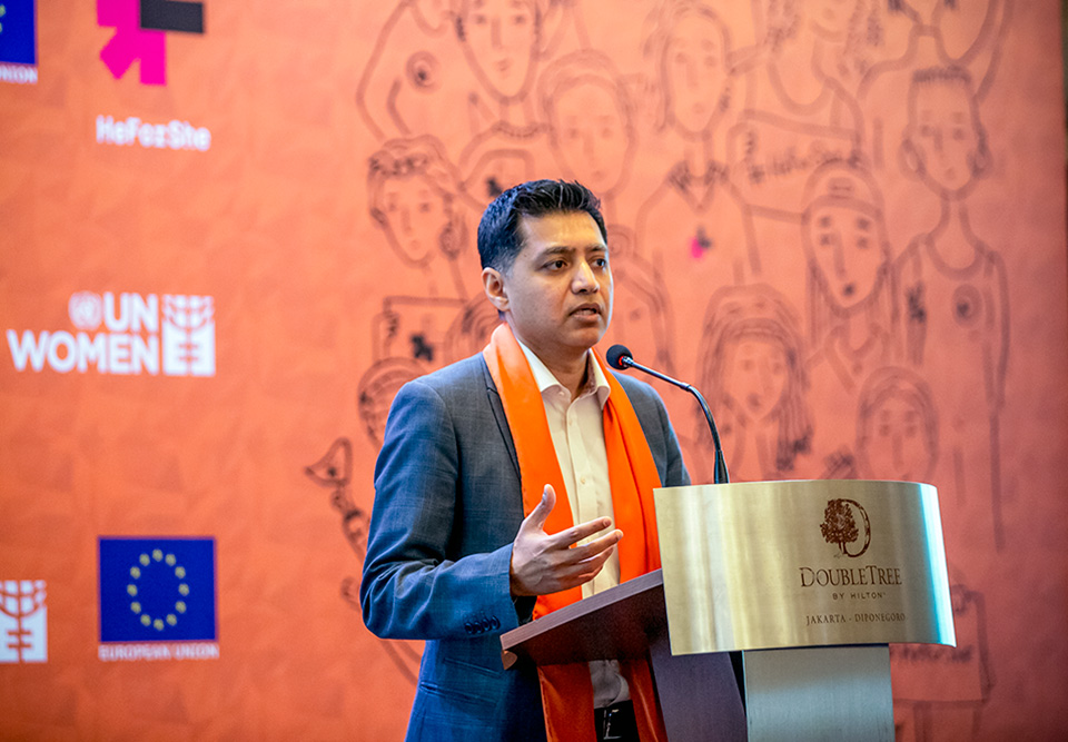 Jamshed Kazi, UN Women Representative emphasizes how everyone, women, girls, men, and boys have a role to play and to speak against normalizing violence against women, in his welcome remark to mark the start of 16 days of activism. Photo: UN Women/Oscar Siagian
